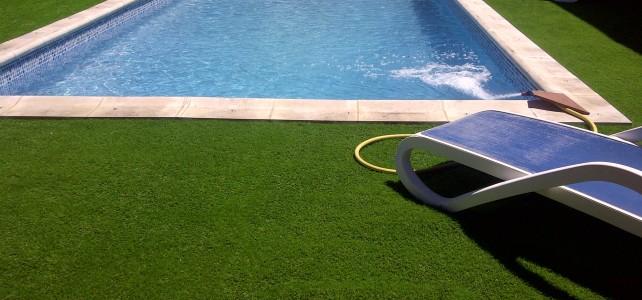 Instalacion cesped artificial en piscina 40 mm vaguada cuatricolor El Casar (Guadalajara)