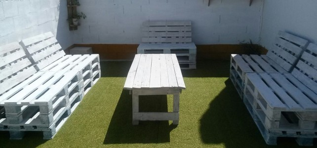 Chillout con cesped de 22mm california y muebles fabricados con palets